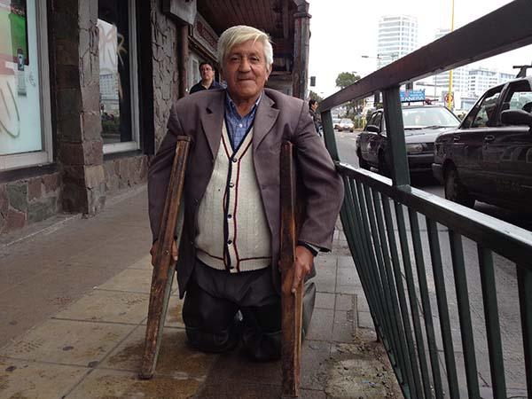 Don Rodolfo Vargas, solicitando ayuda en las calles de Puerto Montt