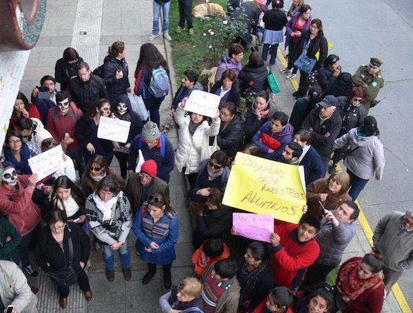 Protesta fuera de la sesión del Concejo Municipal